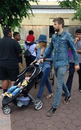 Pique y Shakira con su Britax B-Agile en el Zoo de Washington